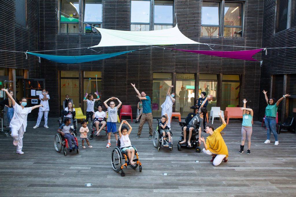 Spass trotz Corona-Krise: Behinderte Kinder tanzen Ende Mai vor einem Spital in Nantes, Frankreich.