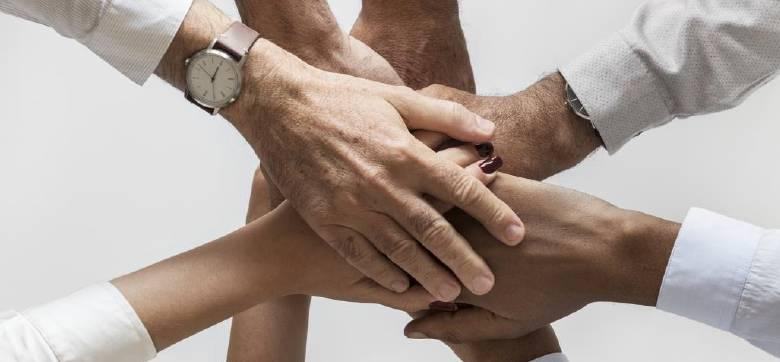 Einzelne Hände unterschiedlicher Menschen