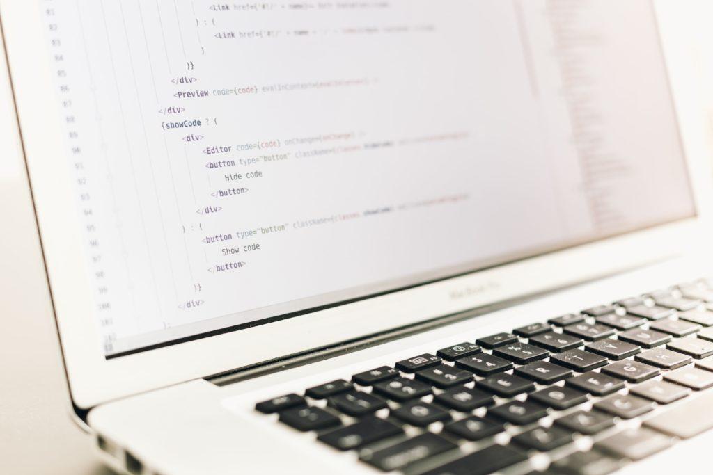 Nahaufnahme eines Laptops und auf dem Bildschirm sind Zahlen und Buchstaben zu sehen.