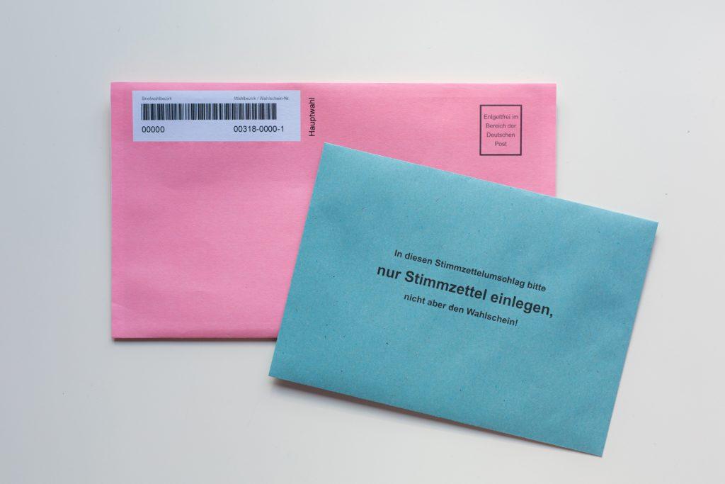 """Abstimmungscouvert Schweiz mit Text """"nur Stimmzettel einlegen"""" - Steht als Symboldbild für die Abstimmung"""